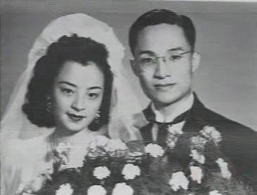Kim Dung thời trẻ và vợ (ông kết hôn tất cả ba lần)